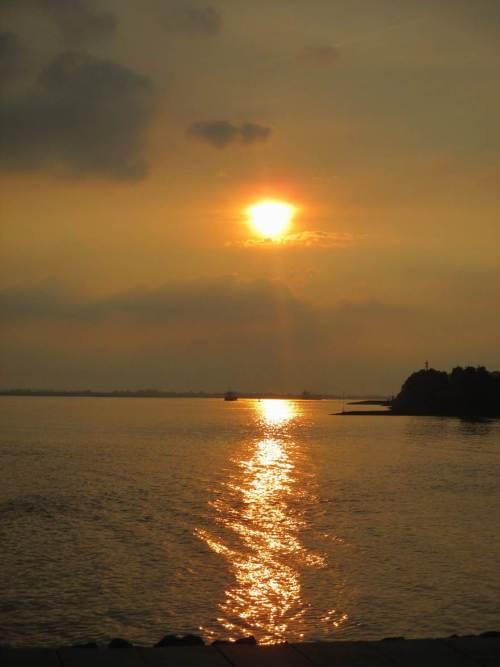 Anschliessend zeigt sich die Elbe in schönster Abend-Idylle. - Bitte gern geniessen, aber nur angucken, nicht reinhüpfen.