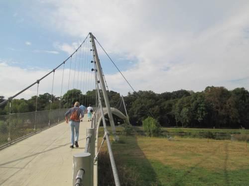 Gut mit Tipps eines gebürtigen Mindeners ausgestattet parken wir östlich der Weser und queren die Glacisbrücke.