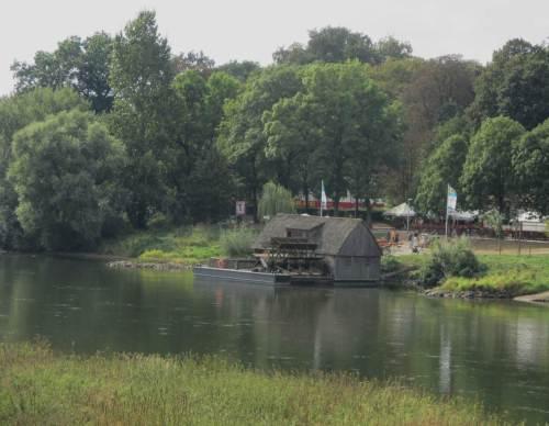 Gut mit Tipps eines gebürtigen Mindeners ausgestattet parken wir östlich der Weser und queren die Glacisbrücke - da unten liegt die Schiffsmühle, eine Sehenswürdigkeit.