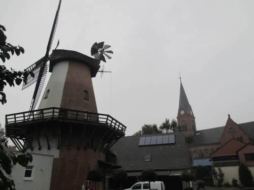 Klostermühle Lahde und Kirchturm - früher von größerer Bedeutung als heute, gleichwohl interessante Anfahrpunkte.