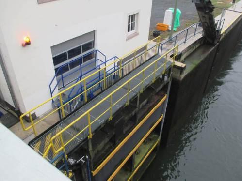 Alle Schiffe vor Ort sind von der Weser aus eingefahren. Die Warnlampen blinken, gleich werden die Tore geschlossen, die Schiffe durch Wasserzustrom auf das Niveau des Kanals gehoben.