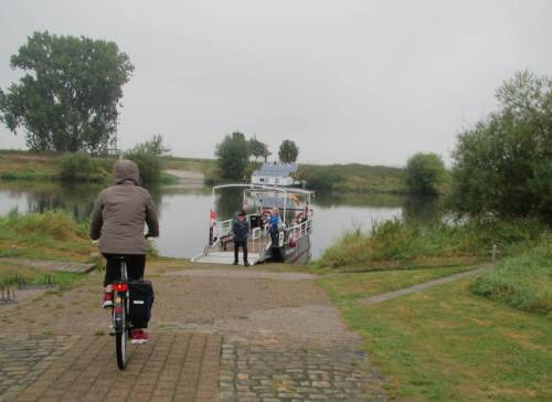 Wir radeln weiter. Die Solarfähre PetraSolara bringt uns leise über die Weser - sehr beeindruckend.
