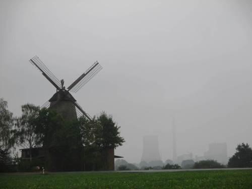Und so kamen wir gut wieder nach langer Rundtour in Petershagen an - hier der Blick über die Pottmühle über die Weser zu einem anderen Energieerzeuger.