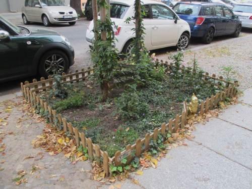 """Beim Durchqueren des Stadtteils - ein umzäunter Garten, Beispiel für """"Urban Gardening""""."""