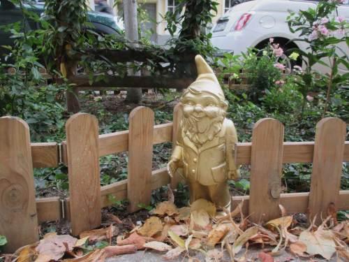 Es grüßt der Goldene Gärtner aus seiner Baumscheibenparzelle.