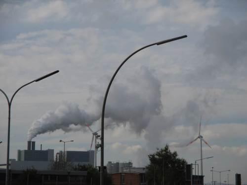 Teil-Aspekt des Kohlekraftwerks Moorburg - allerhand Wasserdampf aus der Verbrennung und der Elbwasserverdunstung über den Niedrigkühlturm. - Die längste Strecke B - HH / Wedel haben wir hinter uns.