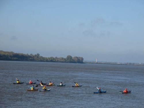 Vor dem Schulauer Hafen fahren Seekajakfahrer der Nordsee entgegen.
