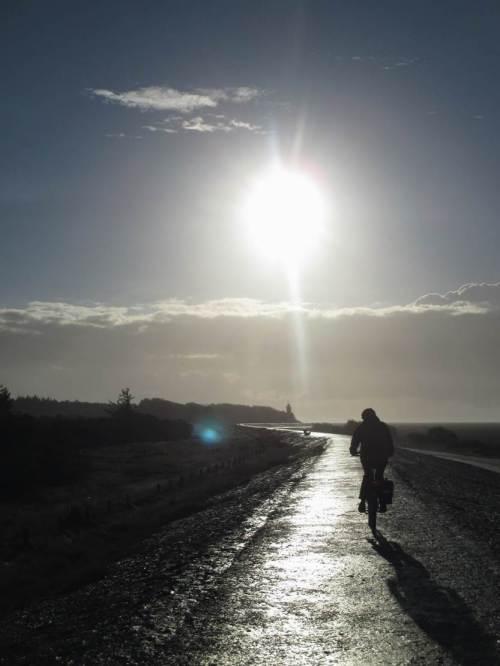 Der tief stehenden Morgensonne entgegen - der feuchte Asphalt sah tatsächlich so gefährlich aus, war allerdings zum Glück nicht rutschig.