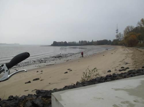 Herbst-Resümee - steile Böschungsneigung zwischen Flut- und Ebbwasserstand der Elbe an Wedels Badebucht. Verluste durch Schifffahrt dürften gern durch Aufspülen von Sand ausgeglichen werden.