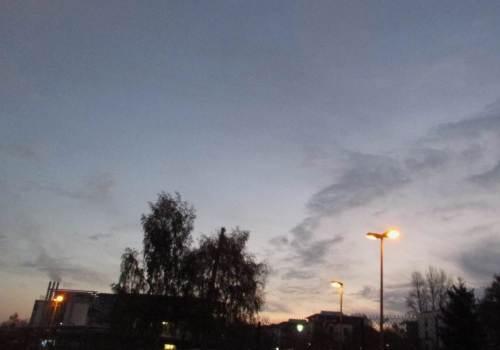 Vor Sonnenaufgang geht`s in Wedel los. Kamera und Kameramann sind nur zu unscharfem Foto in der Lage.