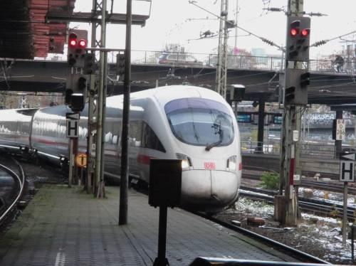 Super, der ICE läuft pünktlich im Hamburger Hauptbahnhof ein.