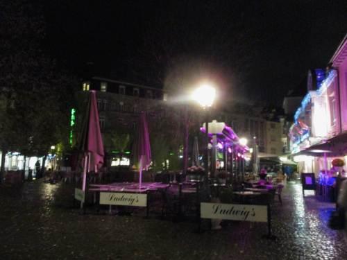"""In Karlsruhe - bei Regen - angekommen. Ich wohne nahe dem Ludwigsplatz. Der falsche Genetiv im Foto ist einem Firmennamen geschuldet (es gibt auch Firmen mit richtigem """"Ludwigs"""")."""