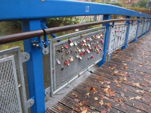 Zeichen unserer Zeit - die Brücke sieht neu genug aus, das zu tragen.