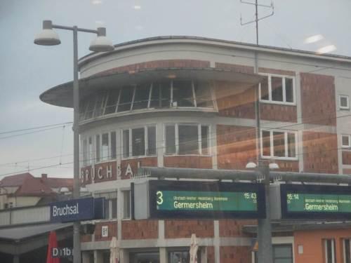 """Bevor wir allerdings Mannheim erreichen, zwingt uns ein """"Personenschaden im Gleis"""", zurückzufahren und unplanmäßig den Bahnhof Bruchsal als zeitweiligen Standplatz kennenzulernen."""