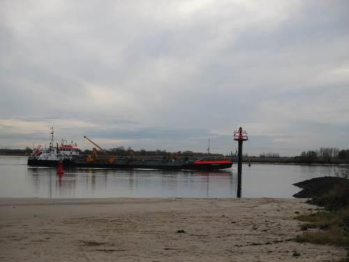 Schiffe verlassen den Hamburger Hafen, vollbeladen.
