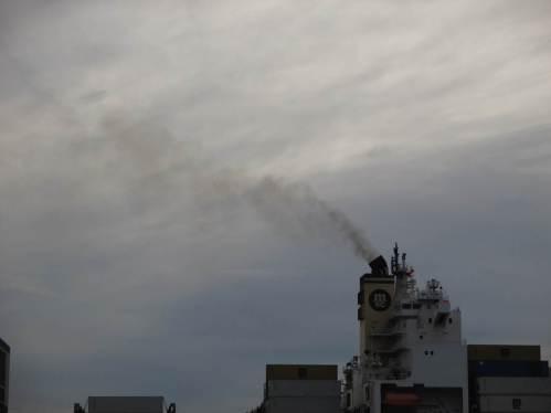 Und über allem, heute bei Südwind den Elbhang beschickend, rußt munter das Schweröl der Schifferei.