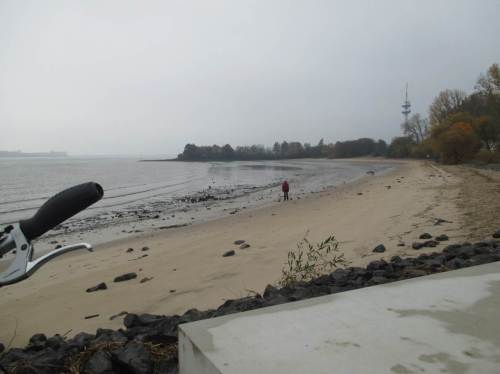 Kleiner Einschub - Badebucht Wedel: Liebe Wasserstraßenverwaltung, wir in Wedel hätten angesichts massiver Sandverluste auch eine Strandvorspülung dringend nötig.