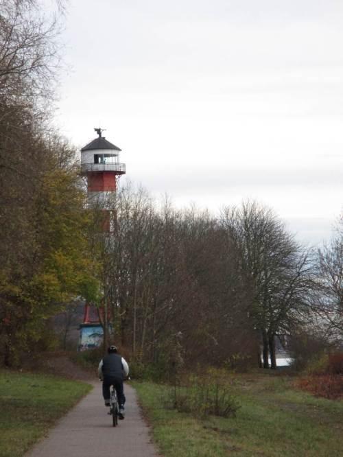 Bald nach Querung der Landesgrenze Schleswig-Holstein / Hamburg kommt der Leuchtturm Wittenbergen dicht vor dem Elbhang in Sicht.