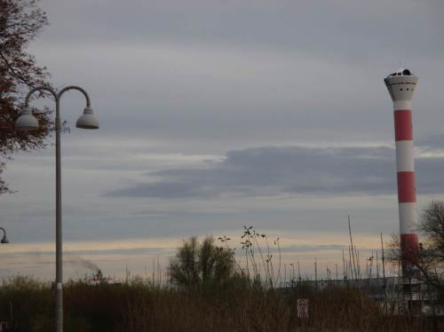Da raucht, pardon, taucht zwischen Straßenlaterne und Leuchtturm ein Containerfrachter auf.