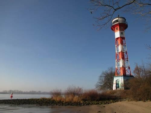 Leuchtturm Wittenbergen mit Fahrwassertonne dicht vor dem Elbhang.