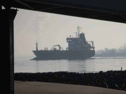 Schiff im Gegenlicht, Blick unter dem Anleger Wittenbergen hindurch.