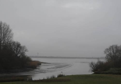 Weiter geradelt - der Nebel über der Elbe lichtet sich. Über die Mündung der Wedeler Au hinweg wird das südliche Elbufer sichtbar.