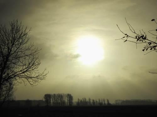 Der Blick Richtung Osten reicht schon. Einerseits die die Landschaft bescheinende Sonne - andererseits noch allerhand Wasser in der Luft.
