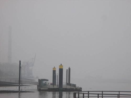 Wedels Küste, Blick nach Osten - schemenhaft am Horizont liegt ein Schiff quer, vermutlich die Ijsseldelta. Gleich klappt sie ihre Hafenfracht in die Elbe - muss schnell zurück, sonst ist die Fracht schneller wieder da ... (so sagte jedenfalls ein niederländischer Saugbaggerkapitän).