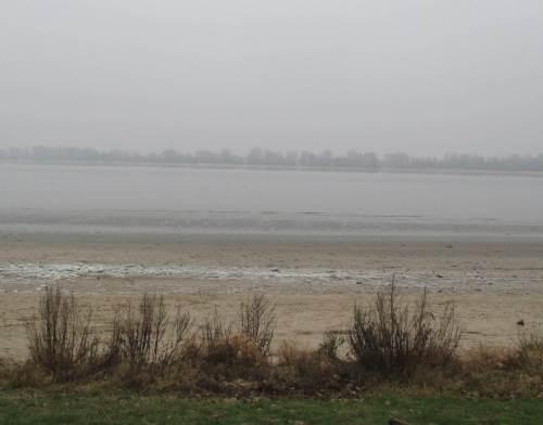 Winterliche Farbenstudie der Grautöne, fast Tideniedrigwasser am Strand Wedel.
