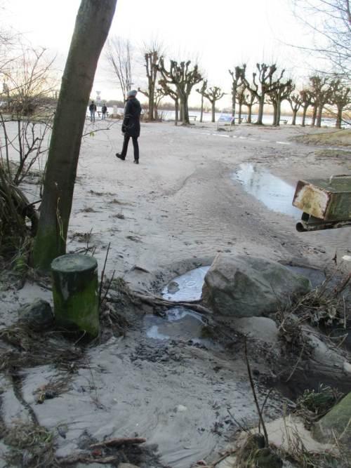 In Wittenbergen angekommen. Der Strandzugang zeugt noch von der vorigen Sturmflut - Eis auf Restpfützen.