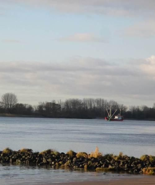 Ausserhalb des Elbe-Fahrwassers liegt ein Hamen-Fischerboot. Fischt es wohl schon Stint?