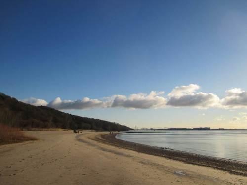 Morgendlicher Strand Wittenbergen mit Kieslage - ein Traum. Der Elbhang hält den scharfen Frostwind von uns fern.