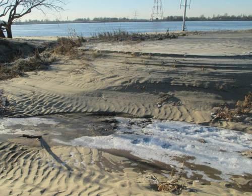 Ja, hier klappt es. Über Sandrippel queren wir eine Furt vor kleinem erosionsstrukturiertem Steilhang.