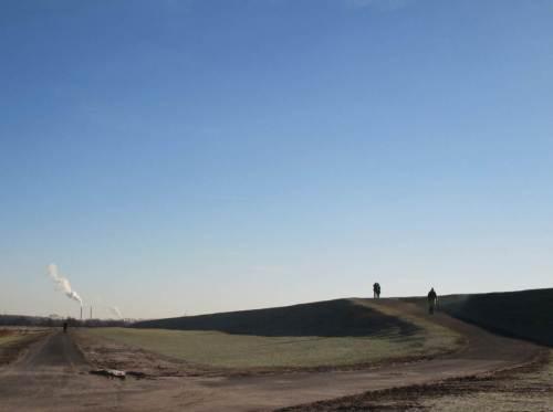 Weite der Marsch - am Horizont das Kohlekraftwerk Wedel.
