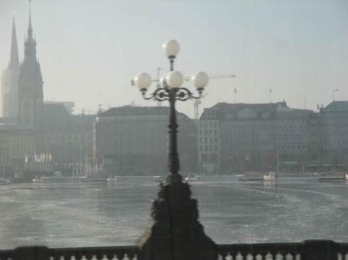 Jetzt im ICE, passiere ich das Hamburger Rathaus. Die Binnenalster ist gefroren - war mal ein Bisschen kälter.