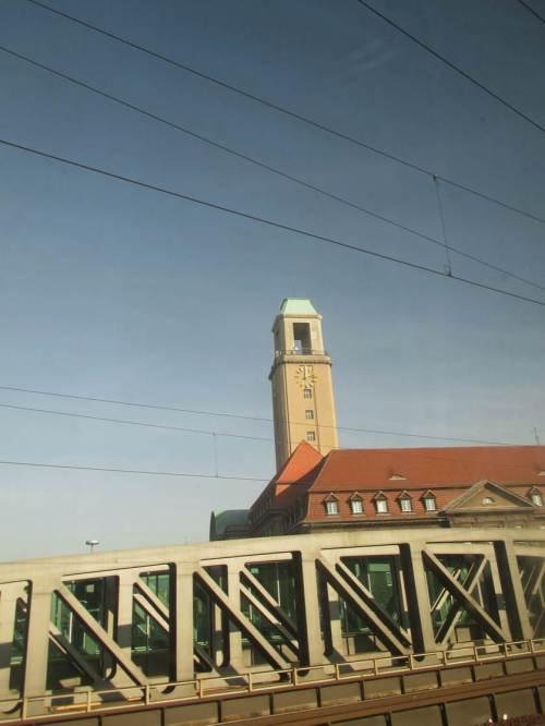 Kurz nach Mittag - pünktlich fahren wir ins sonnige Berlin ein.