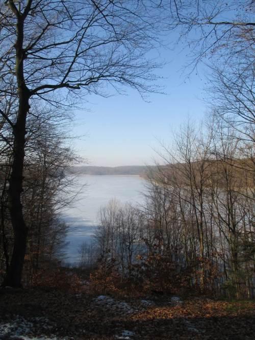 Idyllischer Blick von der Höhe auf einen der Klarwasserseen.