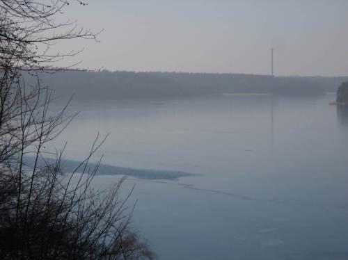 Spiegel-Eis - so verlockend es sein mag, bis in große Tiefe hindurch zu gucken ... - Vorsicht! Der See ist teiloffen, das Eis rissig.