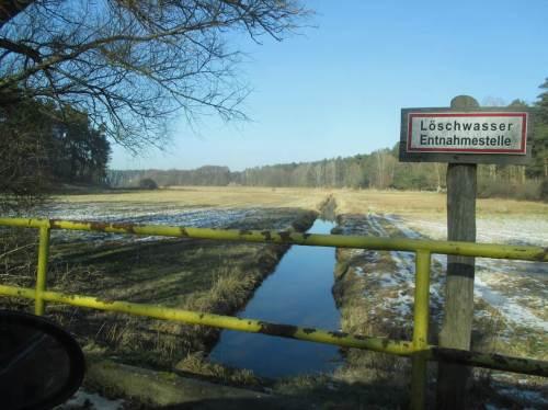 """Maschinengerechter Bach im Moränengebiet Brandenburgs - """"heavily modified"""", """"erheblich verändertes Gewässer"""" - in meinen Worten """"hingerichteter Bach"""" - von einem künstlich angelegten Entwässerungsgraben in der Marsch kaum zu unterscheiden."""