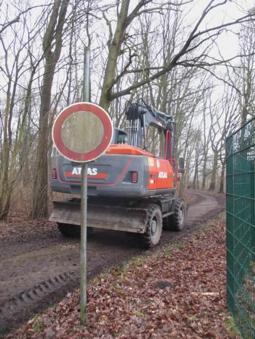 Ein Radbagger auf dem Weg zur Mühlenau. Sein Ketten-Kollege ist noch mit Baumschnitt beschäftigt - Ende Februar ist näher, als mancher denkt.