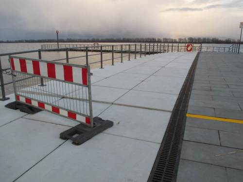 Warnschild und -Streifen: Zeichen allzu ungeduldiger Bauherren, die beim Bauen auf dicken Weichschichten die Setzungen nicht vorher abwarten konnten.