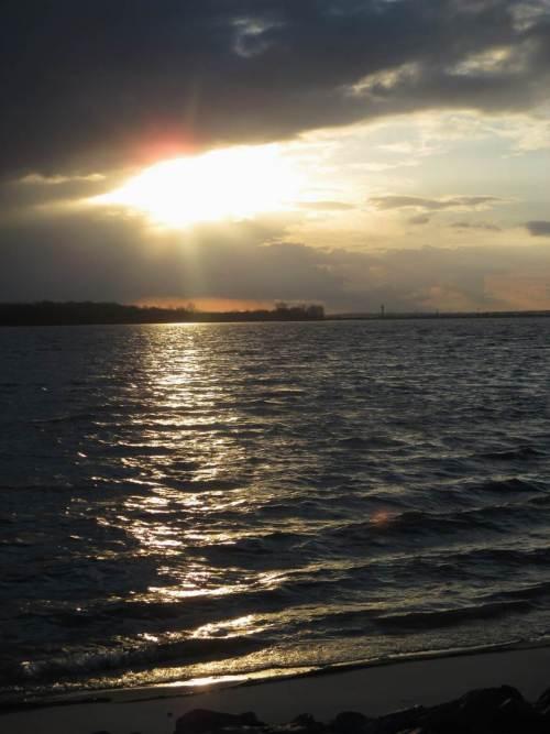 Goldene Wellen Richtung Sandstrand Wedel - ich verlasse den Schulauer Hafen.