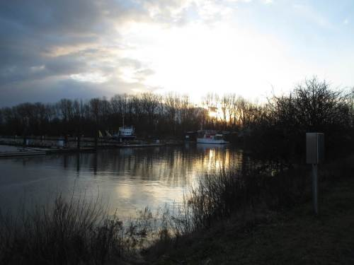 """Der Yachthafen wird für die Saison vorbereitet, die Egge """"Akke"""" arbeitet den Schlick in die Elbe """"weg"""". Aber wie funktioniert das jetzt, wo noch Flutstrom herrscht?"""